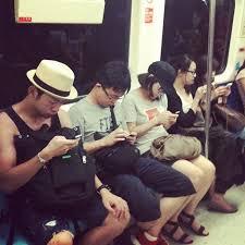 「捷運看手機」的圖片搜尋結果
