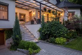 Um von deiner terrasse in deinen garten zu schreiten, fehlt dir noch die passende bevor man mit dem bau einer treppe beginnt, gibt es einige. Terrasse Am Hang Selber Bauen So Muss Das Magazin By Steda