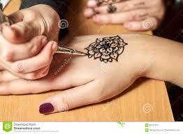 картины чертежа девушки хной на руках стоковое изображение