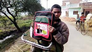 Image result for स्कूल बैग  अखिलेश यादव के फोटो के साथ