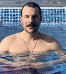 باسل خياط مع شقيقه وفي حوض السباحة – صور
