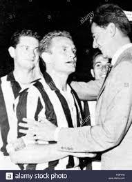 Italiano: Giampiero Boniperti riceve i complimenti dal presidente della  FIGC Umberto Agnelli al termine della finale di Coppa Italia 1959-60. 18  September 1960. Unknown 12 Boniperti Agnelli Stock Photo - Alamy