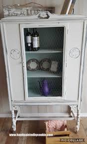 Vintage Bemalte Beunruhigte Schrank Mit Hühnerdraht Shabby