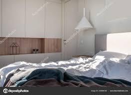 Sonnige Moderne Schlafzimmer Mit Weißen Wänden Und Hängelampe