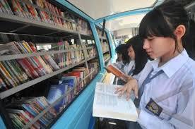 Hasil gambar untuk membaca buku di perpustakaan