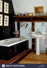 Sockel Becken Und Schwarz Verkleidete Bad In Schwarz Weiß Landhaus