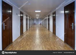 office hallway. Långa Office Hall Med Många Dörrar Av Mörkt Rött Trä \u2014 Stockfoto Hallway