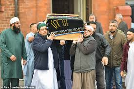 Mourners Hundreds Killed Pay Beside To Son Respects Father 35 Of 550qn1wZrU