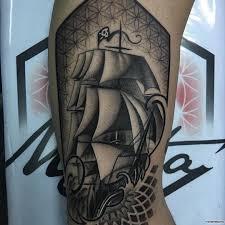 корабль и волны тату на плече у парня добавлено иван вишневский