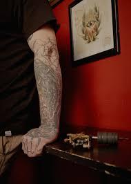 я татуировщик в тюрьме The Village
