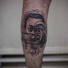 фото мужской татуировки на икре в стиле реализм портрет сальвадора