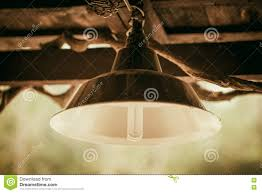 Gloeilamp Met Oude Grungy Lamp Op Houten Plafond Stock Foto