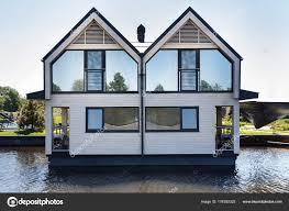 Modernes Haus Mit Spiegel Fenster Auf Den See Stockfoto A