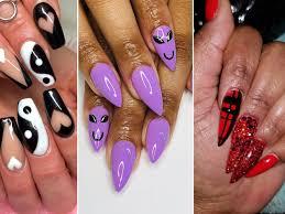 selling custom fake nails during salon