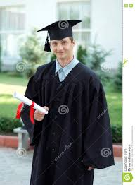 Студент выпускник с дипломом в руке Стоковое Изображение  Студент выпускник с дипломом в руке