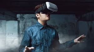 young man playing vr horror games