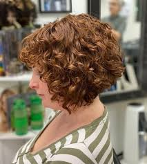 29 short curly hairstyles to enhance