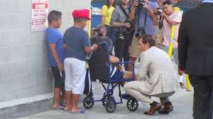 Henry Cavill greets young fans waiting for him outside of the Jimmy Kimmel  studio in Hollywood - YouTube