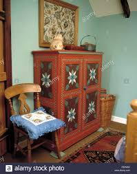 Dekorativ Bemalte Schrank In Hellem Türkis Schlafzimmer Ith Blau