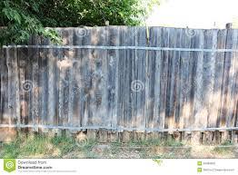 Oude Houten Omheining In Tuin Met Installatie Stock Foto