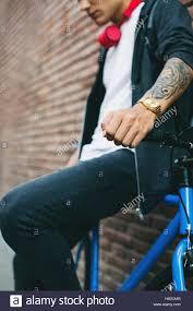 Adolescente Con Una Fixie Bike Orologio In Oro E Tatuaggio Su
