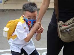 Con quấy khóc không chịu tới trường sau kỳ nghỉ dài, cha mẹ nên làm gì?