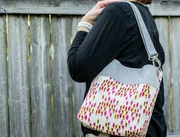 Convertible Cross Body Tote Sewing Tutorial! {fat quarter friendly ... & The original sewing project was for a cross body tote only, but I usually  carry my bags over one shoulder, so I made the strap convertible. Adamdwight.com
