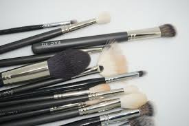 the brushes they e individually in a zip pouch which is great for travelling although i don t my brushes in these but they are great on the go