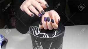 マニキュア マット黒と青の爪のデザイン の写真素材画像素材 Image