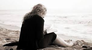 Resultado de imagen para imagenes de mujer leyendo un libro