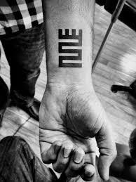 татуировки на запястье для мужчин фото эскизы надписи со смыслом