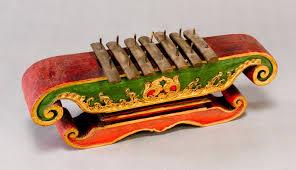 Dipetik pada bagian lubang yang dimainkan dengan jari sebagai senarnya pengatur nada. 61 Alat Musik Tradisional Indonesia Daerah Asalnya Cara Memainkan
