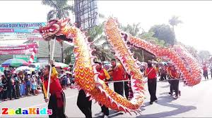 Liong naga barongsai dragon dance chinese new year at jogja car free day dengan aksi naga atraksi barongsai vs naga di acara parade momo dimonas 2018. Pertunjukan Barongsai Naga Di Pawai Karnaval Karanganyar Youtube