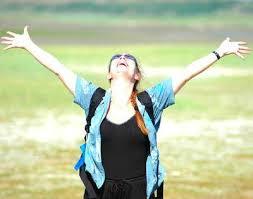 Resultado de imagem para mulher louvando a Deus