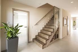 Sie wendete sich sofort der treppe zu — aber neun stockwerke bergauf? Fertighaus Wohnideen Flur Diele Treppe Glastur Glasgelander Stauraum Unter Der Treppe Regal Unter Der Treppe In 2020 Fingerhaus Fertighauser Haus