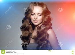 Model Met Lang Haar Het Kapsel Van Golvenkrullen Schoonheidsvrouw