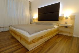 Wandfarbe Schlafzimmer Mit Holzdecke Furnierte Holzdecke Streichen