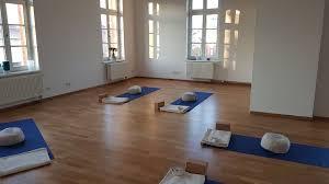 Mit dem passenden zubehör wie unterlegematten, bewegungsprofile und mehr ist dein laminat schnell verlegt wie vom profi. Yogapraxis Hameln Hannover Hildesheim Urban Sports Club