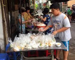 Bếp ăn từ thiện của người phụ nữ đơn thân ở Sài Gòn - VietNamNet