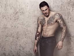 Gli Uomini Con I Tatuaggi Sono Più Attraenti