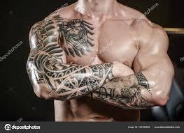 спортивнаяый молодые тату сильный и красивый человек с мышц