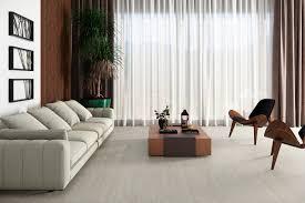 Para uma sala com um piso de grafite, marrom ou cinza, é melhor escolher produtos na cor de madeira clara, rosa pálido, tons de bege. Revestimento Para Sala Decorando Piso E Parede Eliane Revestimentos