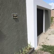 O muro é uma opção para levar segurança aos moradores da casa, porém hoje existem vários modelos de muros que deixam a fachada mais bonita e estilosa. Tudo Sobre Muro Chapiscado Vantagens Como Pintar