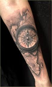 Tatueringar Arm Kille Geometric Tattoo Mit Pfeil Kompass Und Spruch