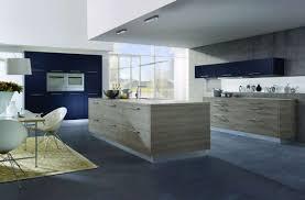 Arredare una cucina moderna con isola. una cucina piccola con