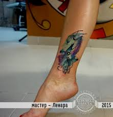 женская тату на лодыжке в стиле акварель фото татуировок