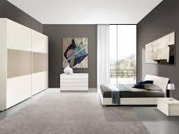 Camera da letto con mobili legno e parete muratura interior design