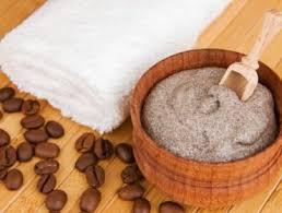 il aide à rendre la peau plus douce souple et éclatante en exfoliant les peaux mortes libérant les pores et stimulant la circulation sanguine