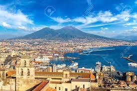 Napoli (Naples) Et Le Mont Vésuve En Arrière-plan Au Coucher Du Soleil En  été, Italie, Campanie Banque D'Images Et Photos Libres De Droits. Image  90277561.