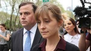Allison Mack, actriz de la serie Smallville y discípula de Keith Raniere,  se declara culpable de reclutar a mujeres para la secta Nxivm - BBC News  Mundo
